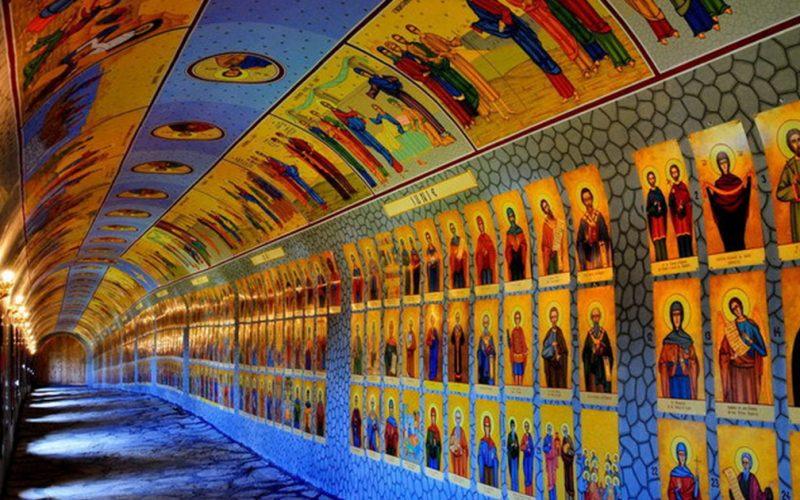Locul de reculegere din România care a devenit atracție turistică: Tunelul celor 365 de sfinți!